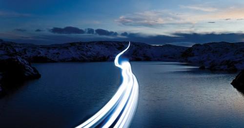 En lysstripe som raser over fjorden og signaliserer hastighet.