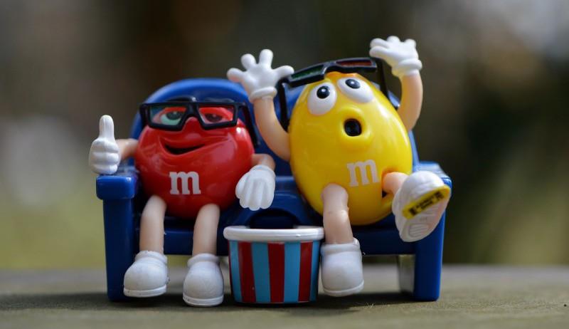 To figurer som sitter på en benk.