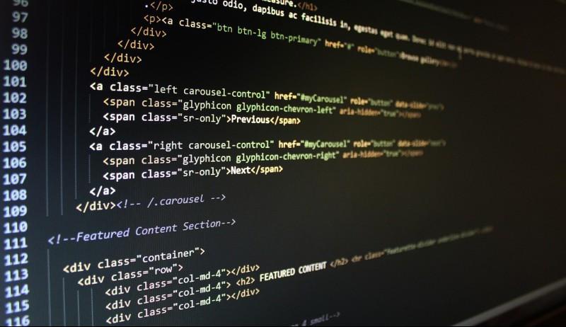 En dataskjerm med koder på.