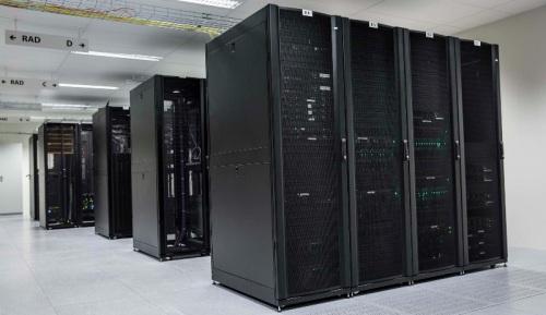 Dataservere på et lager.