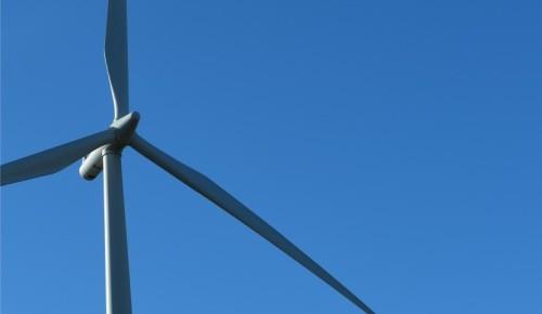 En vindmølle og blå himmel.