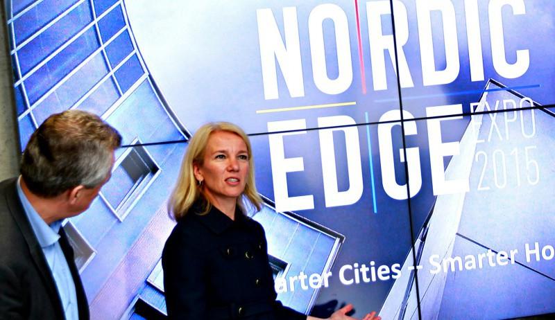 Christine Sagen Helgø viser frem Nordic Edge-logoen.